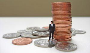 coloana cu monede + barbat care sta pe o moneda