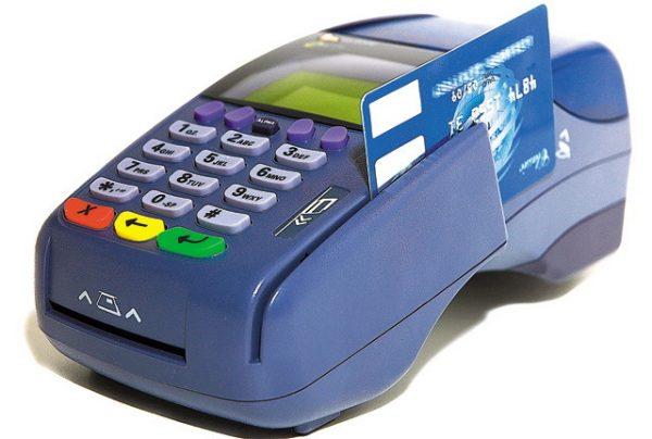Comercianții, sunt obligați să-și instaleze POS-uri și să accepte plata cu cardul dacă au cifra de afaceri de peste 10,000 euro